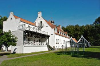 Aussenansicht vom Gruppenhaus 03453028 BORNHOLMS Efterskole in Dänemark 3700 Roenne für Gruppenfreizeiten