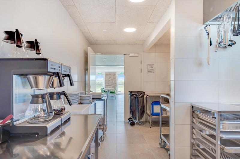 Küche von der Gruppenunterkunft 03453229 Gruppenhaus BLÅVANDGÅRD  in Dänemark 6857 Blavand für Jugendfreizeiten
