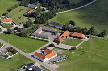 Aussenansicht vom Gruppenhaus 03453230 Gruppenhaus HO LEJRSKOLE in Dänemark 6857 BLAVAND für Gruppenfreizeiten
