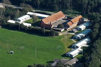 Aussenansicht vom Gruppenhaus 03453428 DOKKEDAL-Centeret in Dänemark 9280 Storvorde für Gruppenfreizeiten