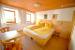 1. Schlafzimmer Gruppenhaus KARLINGERHOF