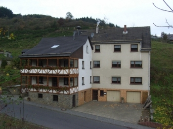 Aussenansicht vom Gruppenhaus 07497018 Gruppenhaus ACHT in Deutschland D-56729 ACHT für Gruppenfreizeiten