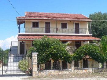 Aussenansicht vom Gruppenhaus 08308402 Gruppenhaus VONDAS in Griechenland GR Roda für Gruppenfreizeiten