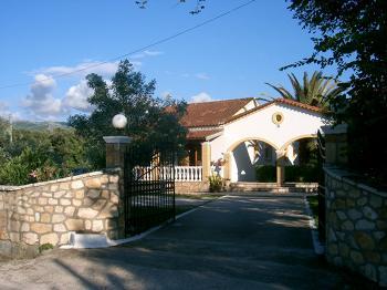 Aussenansicht vom Gruppenhaus 08308403 Gruppenhaus YANNIS in Griechenland GR Roda für Gruppenfreizeiten