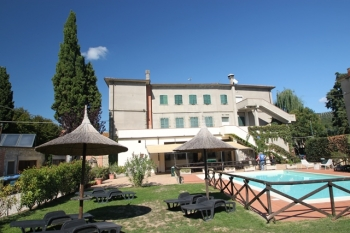 Aussenansicht vom Gruppenhaus 09399100 Gruppenhaus La Casa sul Lago in Italien I-06063 PG Torricella de Magione für Gruppenfreizeiten