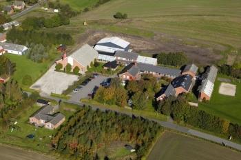 Aussenansicht vom Gruppenhaus 03453467 Vesterbølle Efterskole in Dänemark 9631 Gedsted für Gruppenfreizeiten