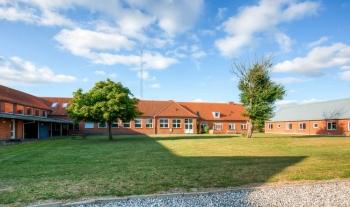 Aussenansicht vom Gruppenhaus 03453472 Jegindølejren (ehem. Efterskole) in Dänemark 7790 Thyholm für Gruppenfreizeiten